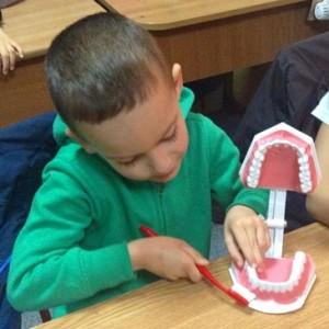 Copil periuta de dinti